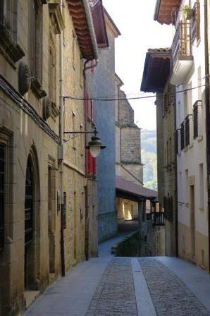 Onderweg de beeldenroute van Iñaki Olazabal volgend komen we aan in Orio.