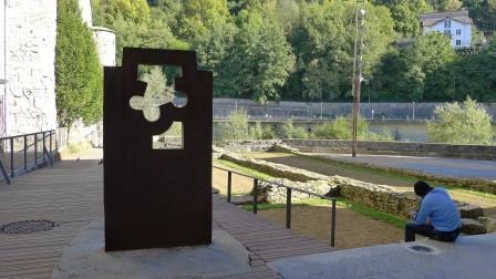 Sculptuur van Chillida geplaatst in 1983 in Tolosa. Te zien vanuit een straat in het centrum van de stad die uitzicht biedt op de rivier Orio.