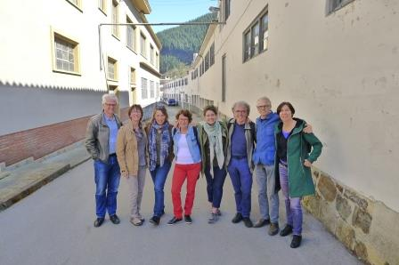 Groepsfoto met gids na een bezoek aan de tot museum verbouwde smederij.