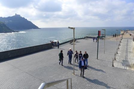 Tijdens de kunstreis naar Baskenland bezoeken we al wandelend in de stad 6 beeldhouwwerken van Chillida , 2 van Oteiza en 2 van Anda die geplaatst zijn in het openbare gebied.