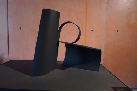 In dit beeld speelt Oteiza met open en dichte ronde vormen. Zwart geschilderd plaatstaal.