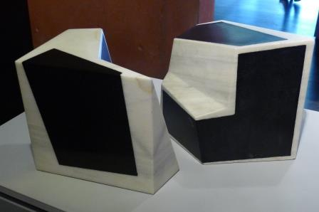 Deze sculptuur bestaat uit 2 delen, en is uitgevoerd in marmer en gedeeltelijk bedekt met een dun rubber laagje.