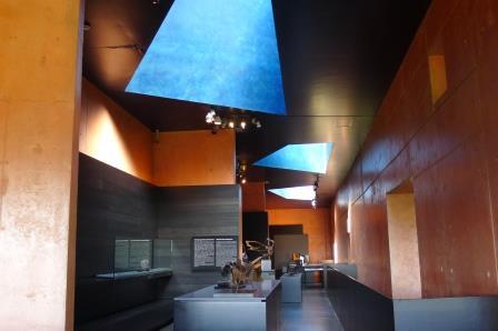 Interieur Museum Oteiza. Altijd een feest om hier weer te komen. Bijzonder gebouw in bijzondere kleuren. 3 prachtige lichtkokers op het dak zorgen voor prima daglicht.
