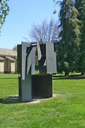 Deze sculptuur is in 1992 geplaatst in Pamplona. In deze stad staan nog 7 beelden van Oteiza in het openbare gebied.