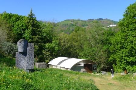 Op een berghelling in Alkiza staat het experimentele museum Ur Mara. Het is omgeven door imposante stenen beelden van Koldobika Jauregi. Een heerlijke plek om enige tijd te verblijven en te genieten van natuur en cultuur.