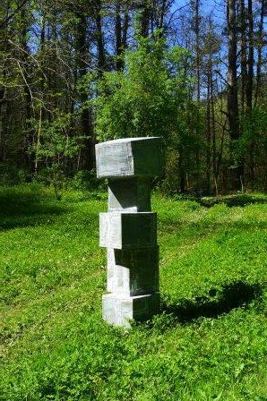 Iñaki Olazabal gebruikt zink voor zijn sculpturen. Lasnaden en het verweerde oppervlak van het zink geven zijn beelden een bijzondere uitstraling. Dit beeld is geplaatst in het experimentele museum Ur Mara van Koldobika Jauregi in Alkiza.