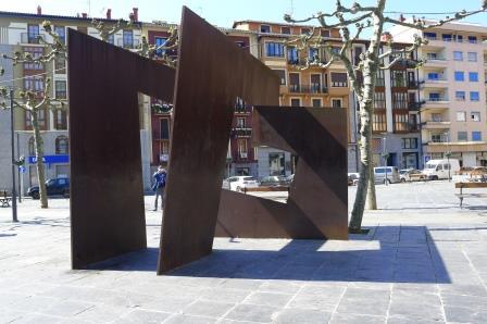 Mooie sculptuur van Oteiza op een plein in het centrum van Tolosa.