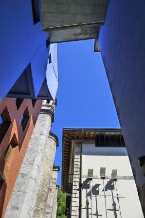 Details van verschillende architectuurstijlen tegen de achtergrond van een strak blauwe lucht. Dat maakt de beeldenroute extra aantrekkelijk.