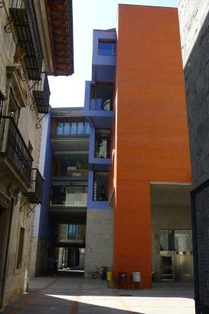 Oude en nieuwe kleurrijke architectuur gaan goed samen in Tolosa. Dit maakt de beeldenroute tot een interessante stadswandeling.
