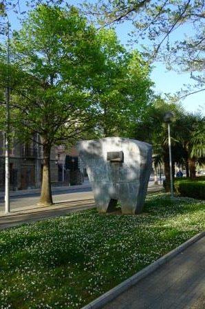 Zinken sculptuur van Iñaki Olazabal. Staat in Tolosa langs de Oria rivier.