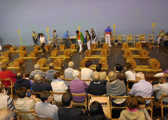Volksfeest in Alkiza, wedstrijd houthakken.