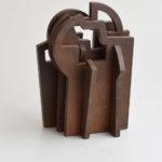 Beeld van de Baskische beeldhouwer Iñigo Arregi.Samengesteld uit massief stalen onderdelen. Hij maakt werken op klein en monumentaal formaat.