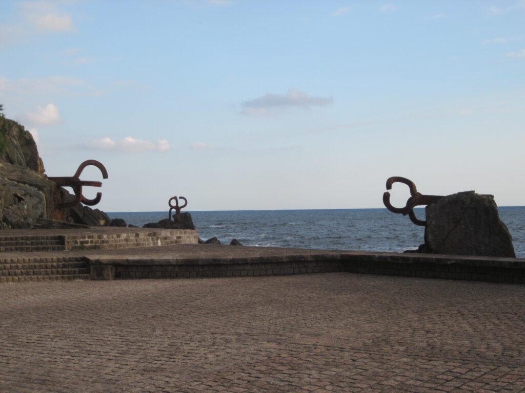 Peine del Viento, San Sebastián. Bij een beetje ruige zee wordt een bezoek een heel bijzondere ervaring. De 'weg ernaar toe is een mooie wandeling vanaf de stad langs het strand naar het eindpunt waar de 'windkammen'geplaatst zijn.